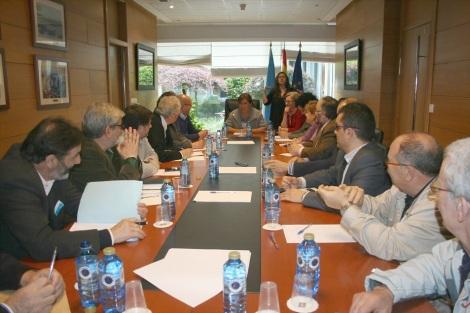 Reunión do Comité Executivo do CERMI-Galicia coa conselleira, Beatriz Mato. O primeiro pola dereita é José Balboa, presidente de FEGADACE.